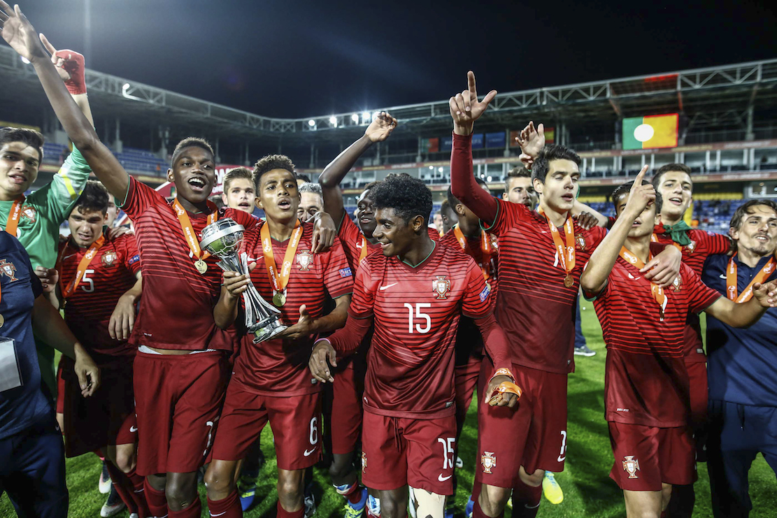 8581647bf8 Os jogadores da seleção portuguesa de futebol de sub-17 festejam após terem  conquistado o Campeonato Europeu ao derrotarem a equipa de Espanha